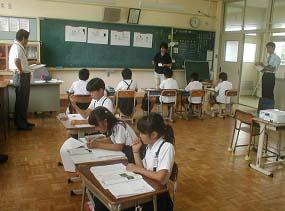 複式学級における机の配置と黒板...